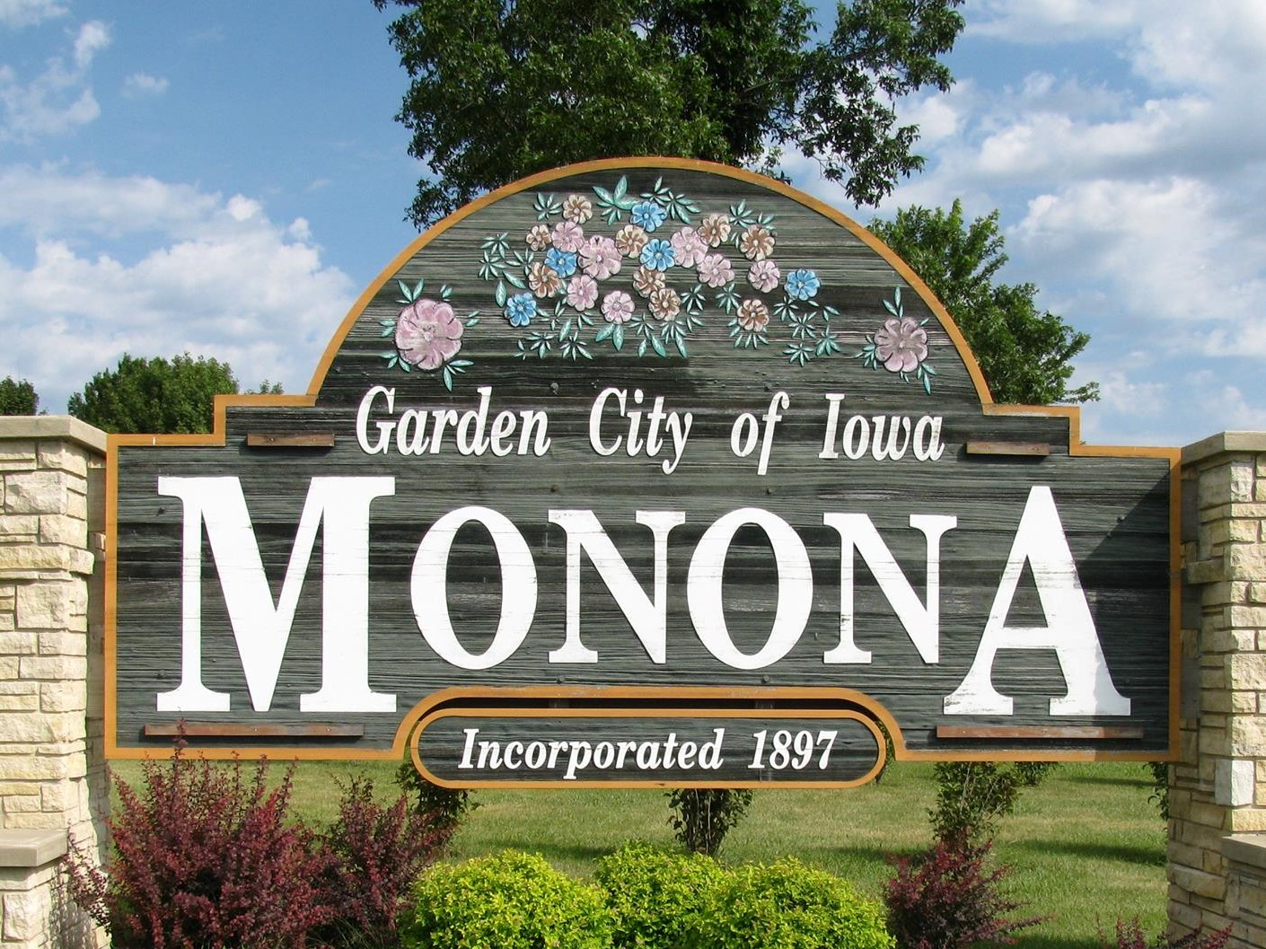 monona entrance sign
